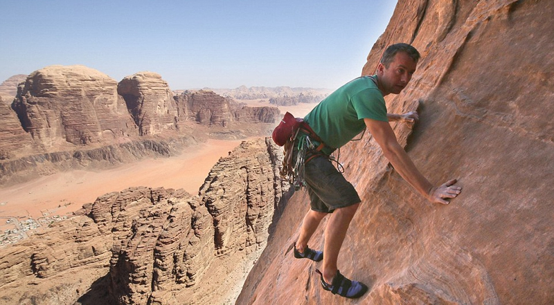 """英男子登顶约旦""""智慧之柱""""垂直岩壁"""