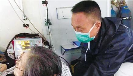 一个多小时救护车里 暖心担架工用最有力的手托着病人到医院