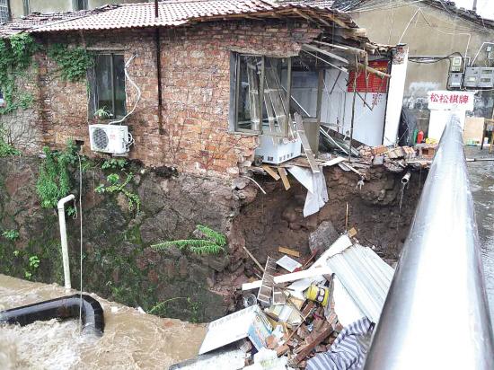 暴雨袭击老旧小区住户 社区提醒注意安全