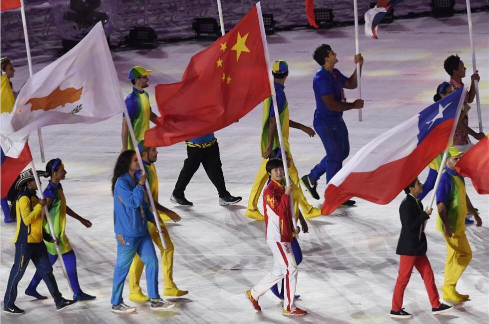 闭幕式:中国旗手丁宁手持五星红旗入场