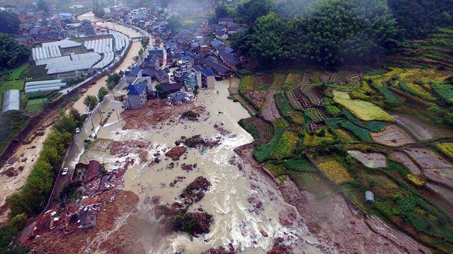 航拍:丽水遂昌山体滑坡现场已救出15人 继续全力救援