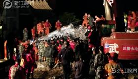 发现遇难失联村民 救援现场鸣笛救援队员脱帽默哀