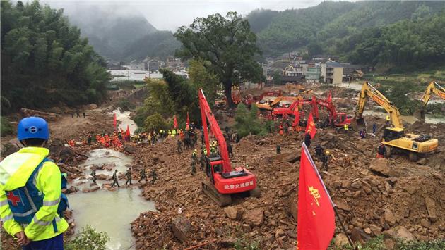 组图:苏村山体滑坡救援继续紧张有序展开