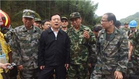 夏宝龙来到苏村滑坡点现场检查指导救援工作