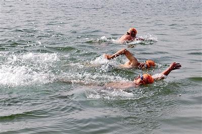 别怕冷 冬泳健身正当时