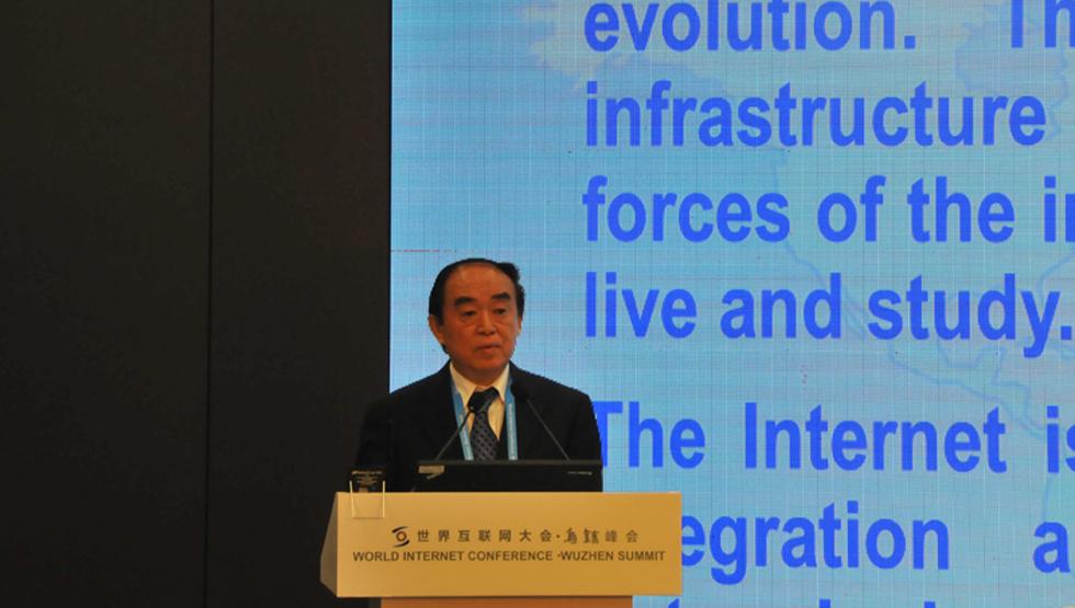 国家信息化专家咨询委员会常务副主任周宏仁在互联网全球治理论坛上发言
