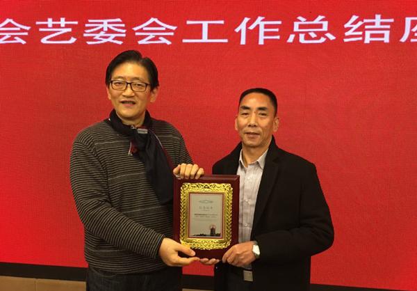 副市长张建庭给赖氏青瓷世家八代掌门人赖建平颁发国礼入选表彰证