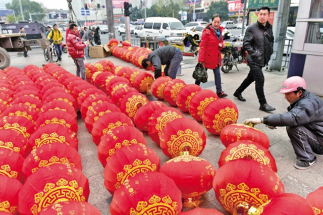 红灯笼铺满地 年节喜庆迎面来