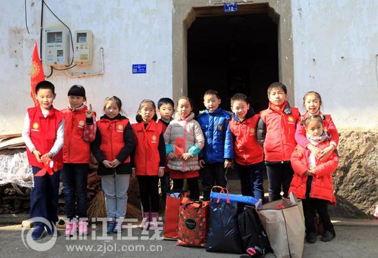 小学向日葵假日小队给留守儿童送温暖