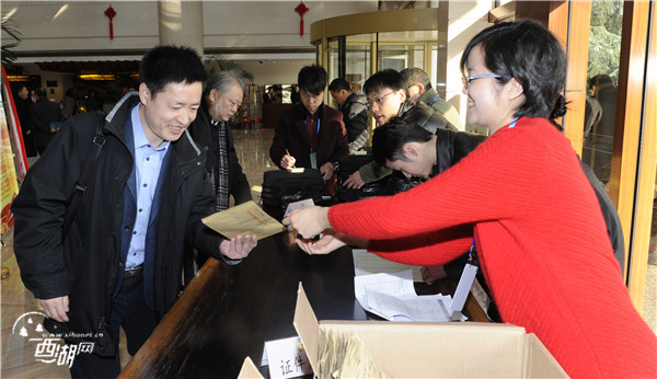 区政协委员满怀热情出席五届一次会议