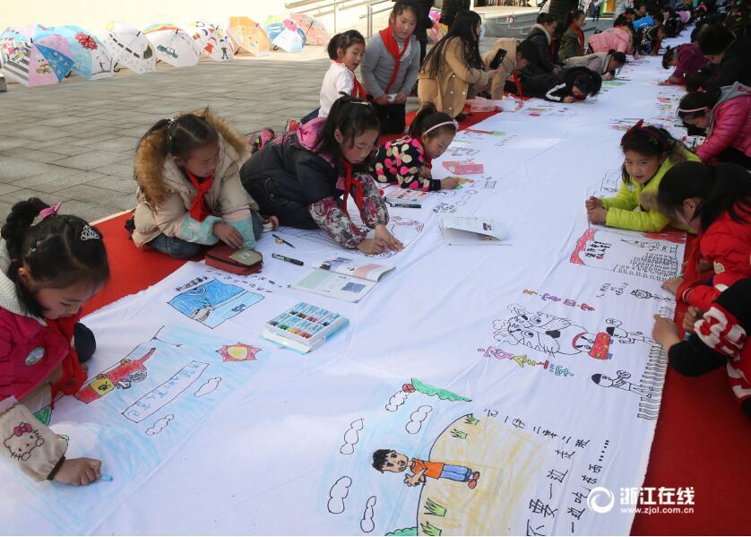邀请当地的中小学生的代表在近百米的长卷上绘画平安相关的漫画,