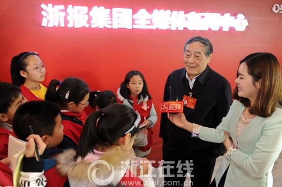 浙江小记者提问宗庆后:小孩子可以喝饮料吗?