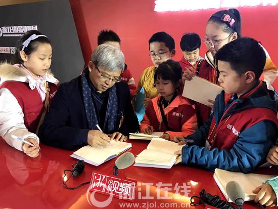 浙江小记者对话中国丝绸博物馆馆长