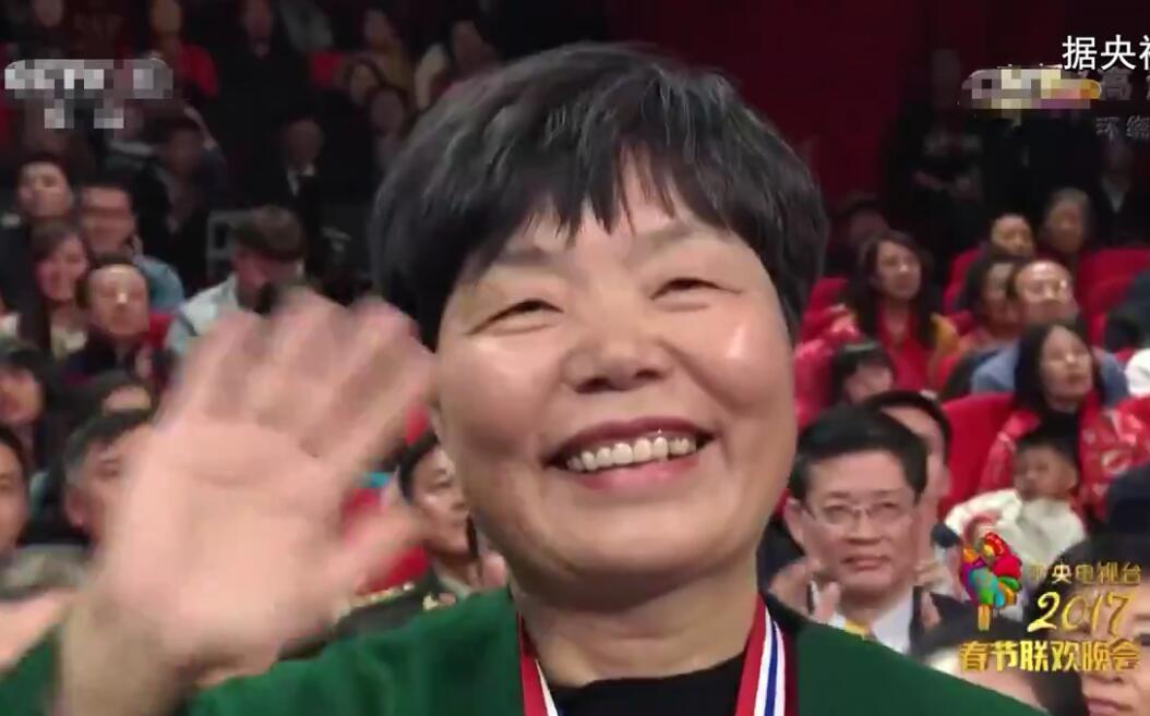 """""""小巷总理""""俞复玲上了央视春节晚会"""