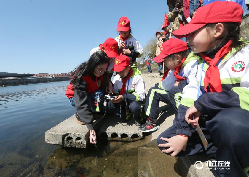 安吉:青少年设岗护水