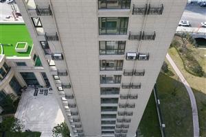 34层高楼外墙挂200多个吊篮装空调 住户心慌慌