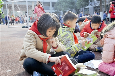 小学生读漂流书迫不及待