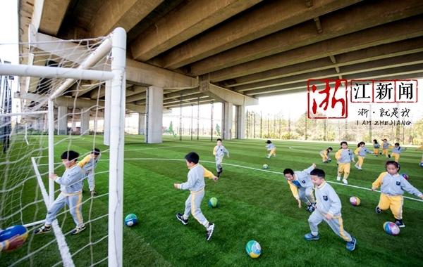 """镇海高架桥下建起体育场 告别了""""脏乱差""""人气旺"""