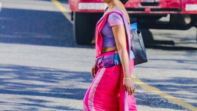 斯里兰卡穿纱丽的行人