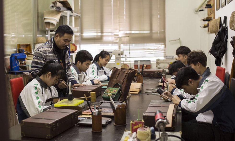 鹿城职校学生在皮雕工作室制作