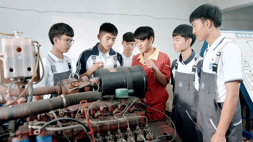 师带徒,温职专学生在温州港华集团实习