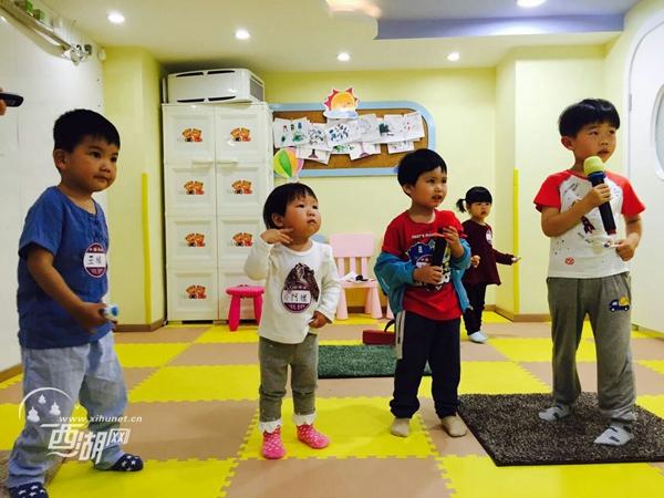 模仿动物叫声进行发声练习,益乐社区办了场儿歌展示会