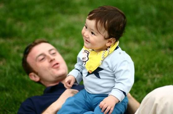 父亲与婴儿互动有助孩子认知发展