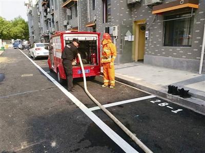 微型消防车开进了城中村