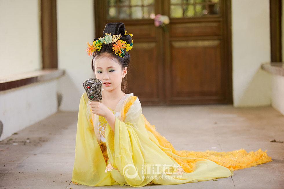 菊花仙子潘家烨,清净高雅-十二花神 曝形象大片 小萝莉着古装甜美