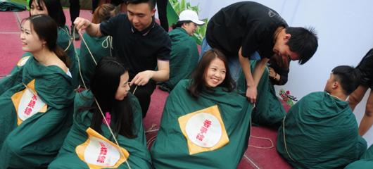 杭州大学生裹人体肉粽拍毕业照