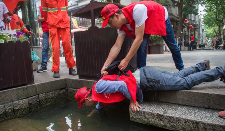 """""""世界环境日""""中外志愿者共同清洁城市环境"""