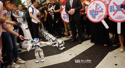 智能文明机器人礼让斑马线  2017文明出行全省巡回宣传月大型公益活动启动
