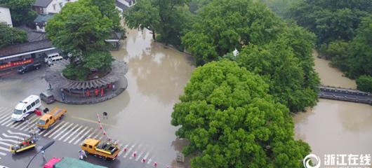洪峰遇上涨潮 九溪公交站成孤岛