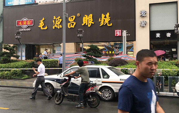 宁波闹市区一男子坠楼身亡