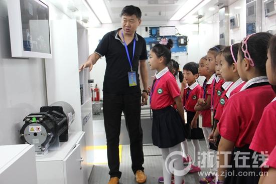 """""""流动电梯""""来到畲族自治县民族小学"""