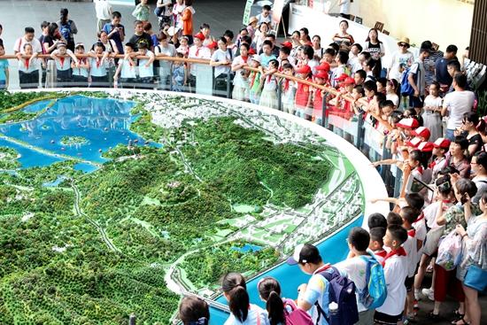 """""""小河长""""闯关杭州西湖博物馆 翻开属于西湖的治水画卷"""