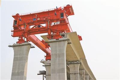 三门湾大桥首片1200多吨箱梁架设