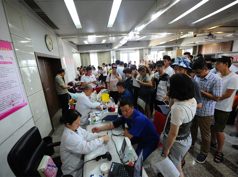杭州三墩一商铺发生爆燃事故后 无偿献血聚暖流