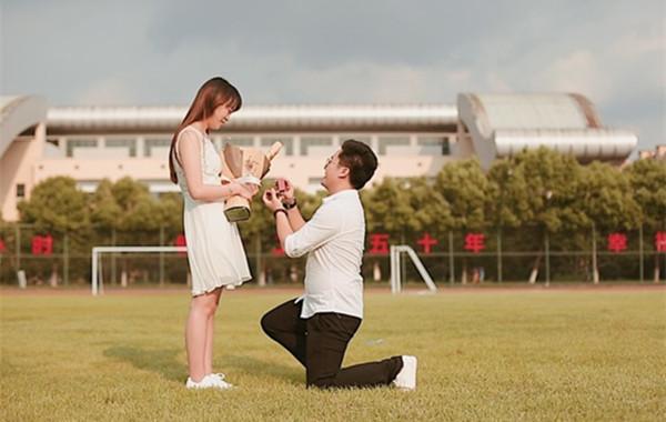新生报到日:毕业生返母校上演浪漫求婚礼