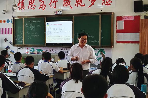 浙江援疆美女赴阿克苏地区二中和阿克苏高中送长腿高中教师图片