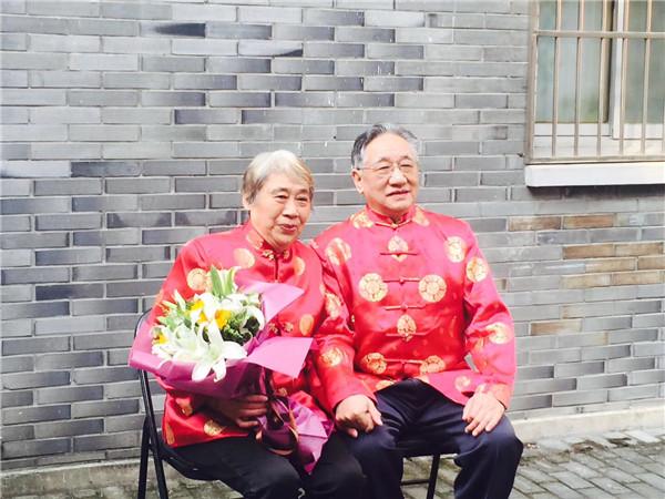 花园社区为金婚老人免费拍照