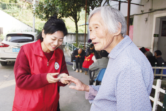 献爱心送温暖 永康人民幼儿园教师到养老院看望老人