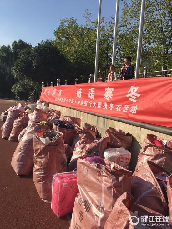 星洲爱心坚持捐衣物v爱心4000多件章程小学整学校小学农村冬衣图片