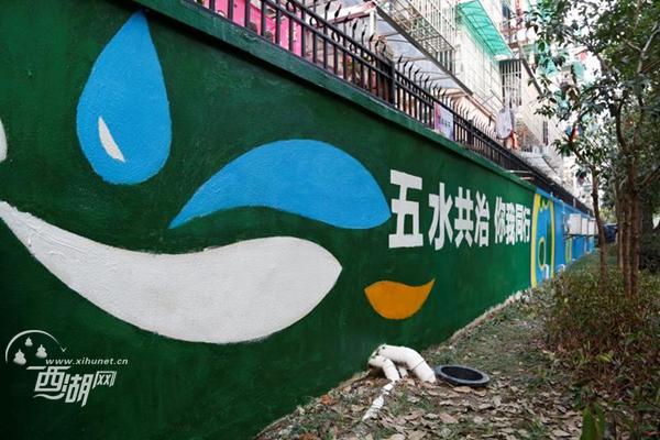 """刷新社区颜值,志愿者""""粉刷匠""""让旧墙换新貌"""