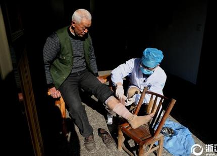 """""""感动中国""""人物王选:细菌战烂脚病人可在衢州免费动手术"""