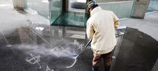 厉害了!中国美院保洁员用水管冲出流畅行书