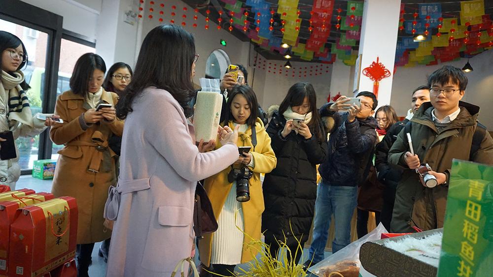 新春走基层的记者们了解青田稻鱼米
