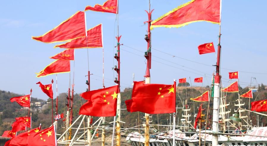 台州:国旗迎风飘扬 渔港红红火火