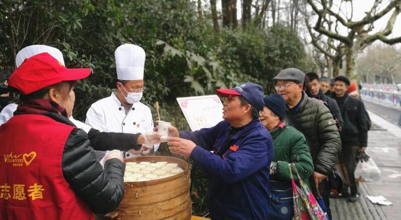 春节7天送出1500多块爱心年糕 西湖景美人更暖