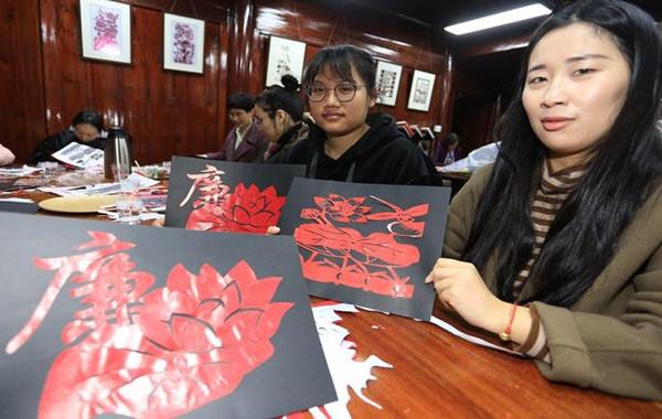 镇海区一街道妇女党员干部 用剪纸宣传廉政文化